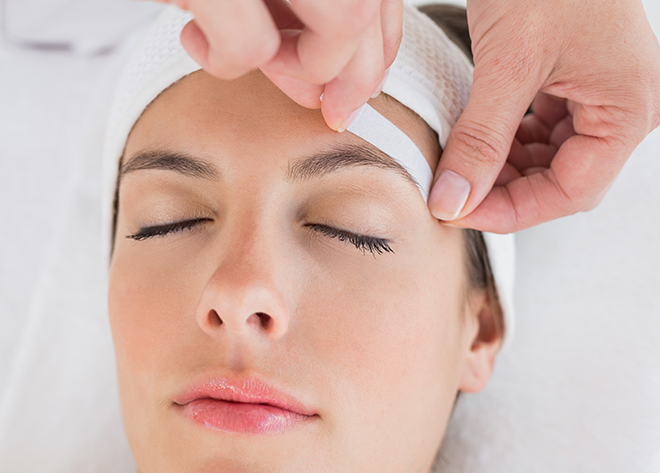 Waxing_eyebrows